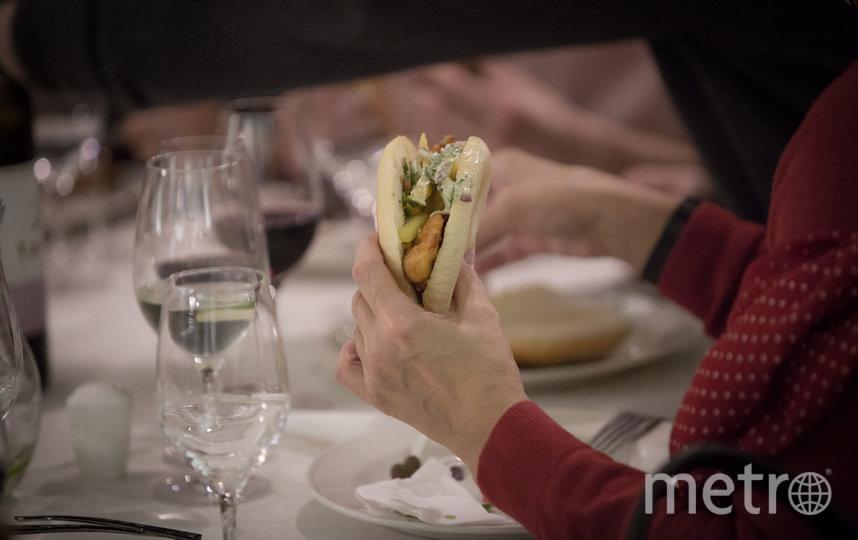Шницель в пите удивил гостей и заставил задуматься, как его можно есть.