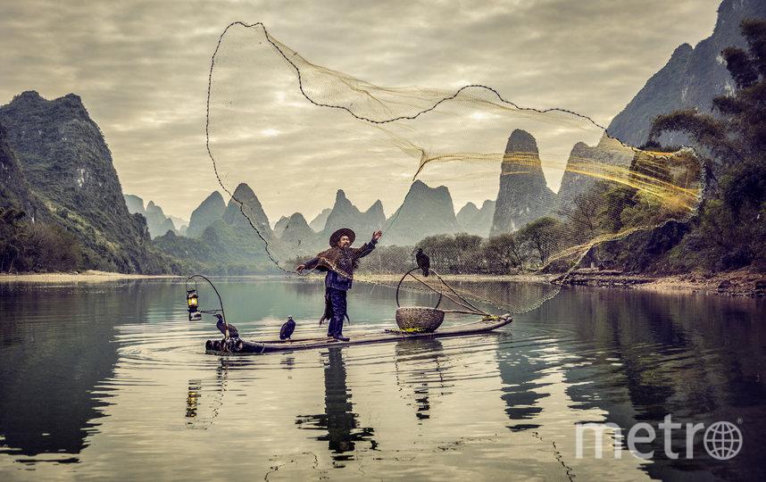 Рыбак закидывает сеть. Фото Pedro Ajuriaguerra, Spain