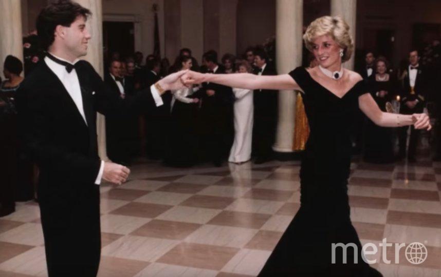 В этом платье принцесса Диана танцевала с Джоном Траволтой в 1985 году. Фото скриншот https://www.youtube.com/watch?v=Fkhqopeo_Yg