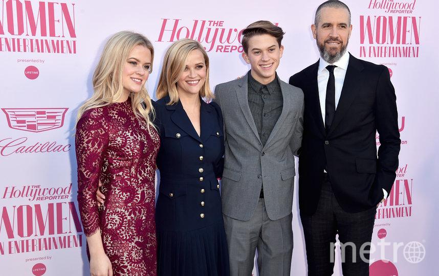 Риз Уизерспун с детьми и мужем. Фото Getty