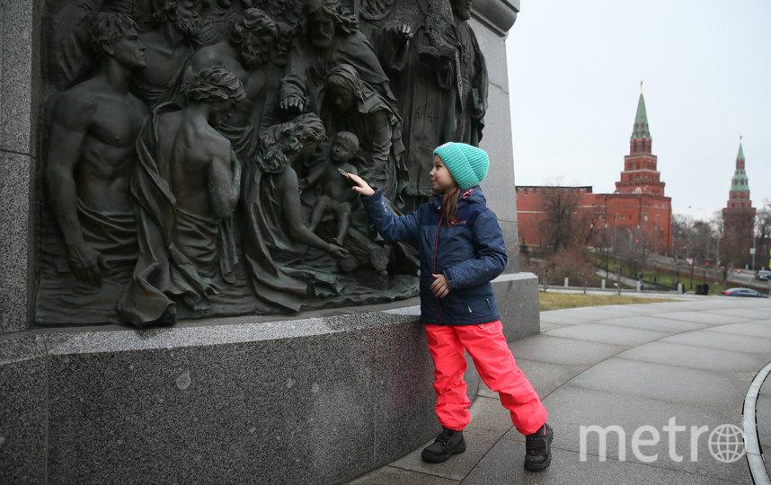 Оля из Омска, прикоснувшись к бронзовой ладони, загадала новогоднее желание. Фото Василий Кузьмичёнок
