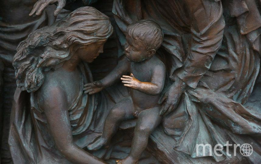 Горожане придумали новую традицию – прикасаться к руке младенца на барельефе, который расположен за памятником князю Владимиру. Фото Василий Кузьмичёнок