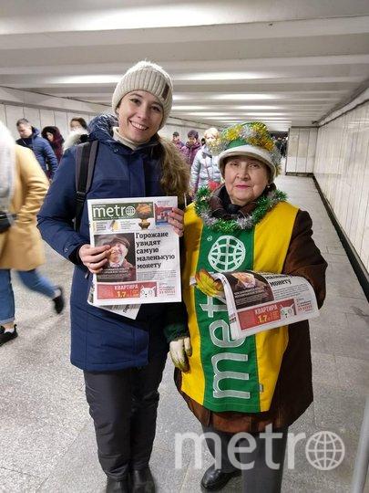 """Каждое утро по пути на работу на станции метро «Ленинский проспект» всех прохожих встречает радостной улыбкой и заряжает прекрасным настроением в любой даже самый ненастный день замечательный работник газеты Metro - Татьяна! А сейчас, перед самыми главными праздниками в году, она превратилась в удивительного новогоднего Эльфа и её ещё издалека можно приметить по яркой праздничной мишуре) это ещё больше настраивает на позитив и делает каждый день ещё ярче! Фото Дарья, """"Metro"""""""