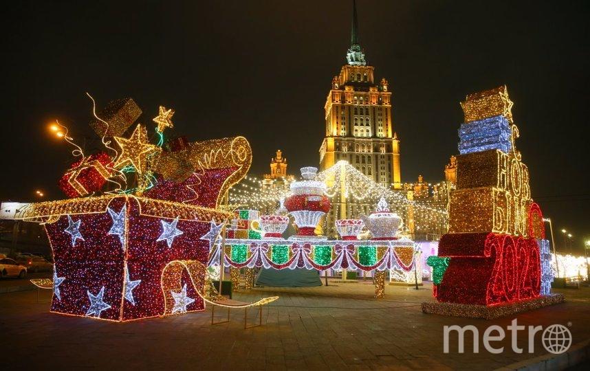 Перед гостиницей «Украина» построили целый световой город. Здесь огромные коробки с подарками и сотни гирлянд. Есть даже трон, в который могут усесться сразу несколько человек. Фото Василий Кузьмичёнок