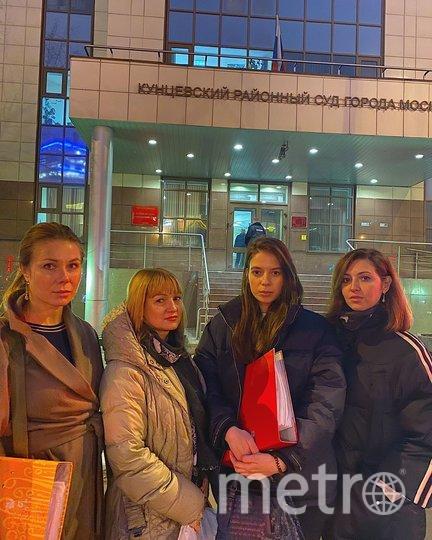 Маргарита возле суда (с красной папкой). Фото Скриншот Instagram/margo__ruby