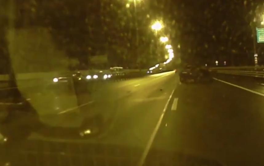 В Петербурге ночью произошло двойное ДТП: на КАД сбили перебегавшего пассажира. Фото https://vk.com/spb_today