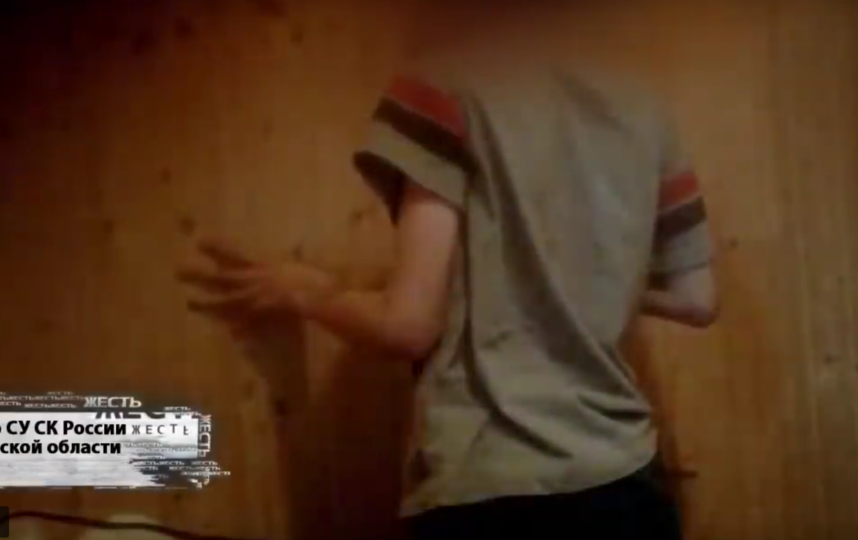 В Омске родители заставляли ребенка в наказание стоять на гречке. Она вросла в кожу. Фото Все - скриншот YouTube