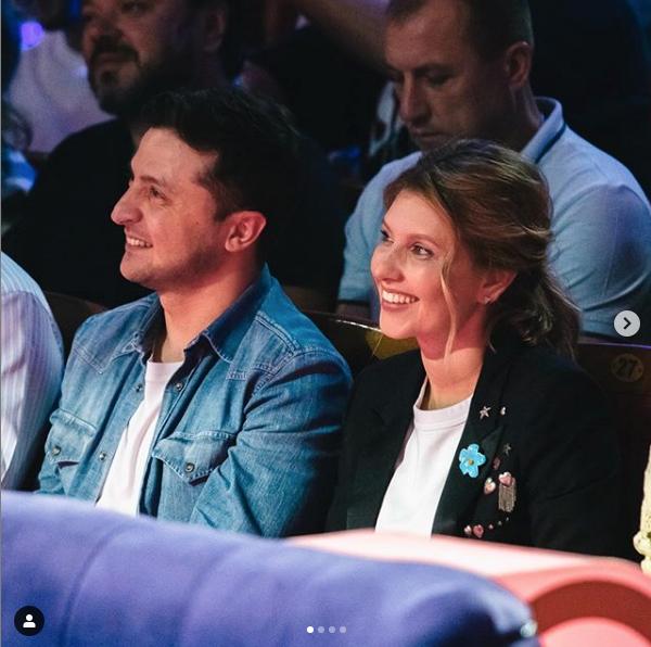 Елена Зеленская вместе с мужем на КВН. Фото скриншот https://www.instagram.com/olenazelenska_official/?hl=ru