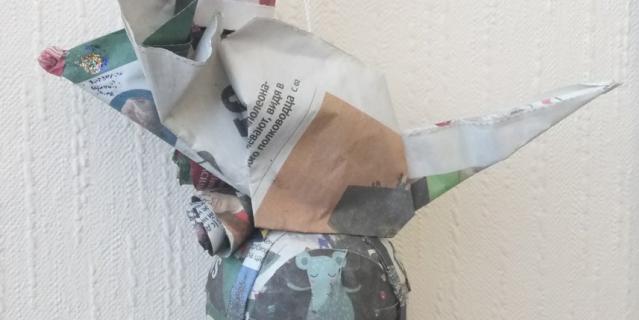 """Перед вами игрушка """"Мышка на шаре"""", которую сделала Елена! Мышонок одет в новогодний праздничный колпачок с помпоном и сидит на символическом земном шаре, украшенном тремя розочками как символ веры, надежды и любви. Техника оригами и папье-маше."""