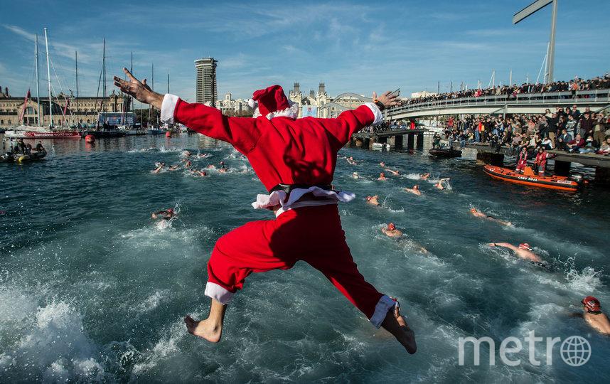 """В Барселоне проводится традиционный рождественский заплыв в Старой гавани под названием """"Кубок Надаля"""". Фото Getty"""