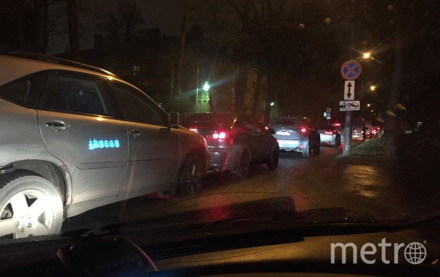 """На въезде в парк с двух сторон установлены дорожные знаки «Сквозной проезд запрещён». Однако на них не обращают внимания ни автоинспекторы, ни водители. Фото СПбГЛТУ, """"Metro"""""""
