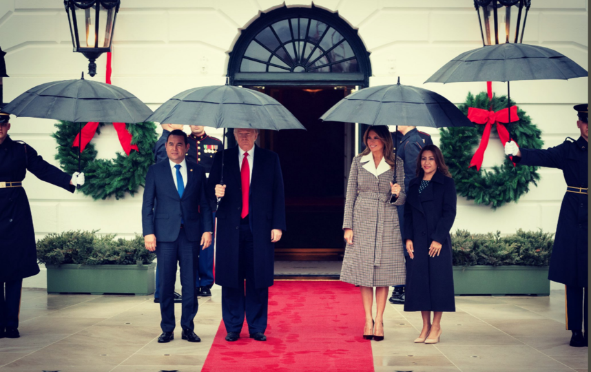 """В Белом доме с визитом - президент Гватемалы и его жена. Фото https://twitter.com/FLOTUS/status/1207087635891654656, """"Metro"""""""