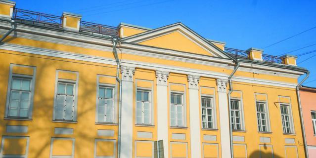 Возле этого дома на углу Станиславского и Солженицына постоянно собираются киношники.