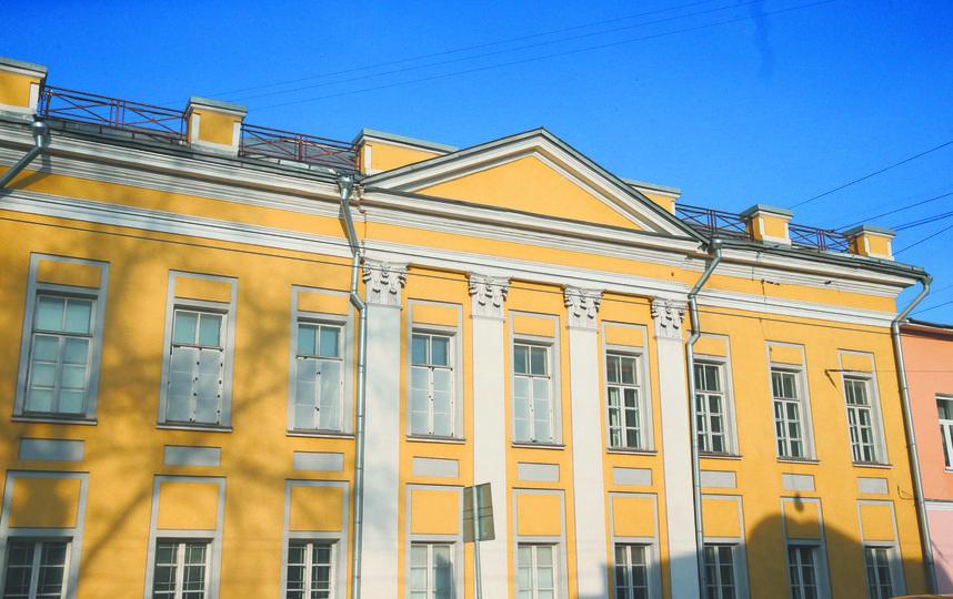 Возле этого дома на углу Станиславского и Солженицына постоянно собираются киношники. Фото Василий Кузьмичёнок