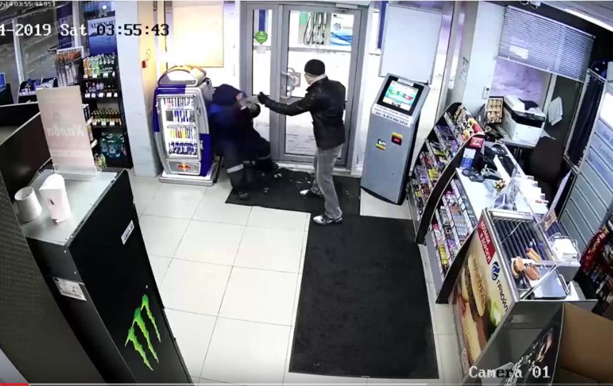 Преступник распыляет газ в лицо охраннику. Фото Скриншот Youtube/watch?v=uy5KDzPVy1w