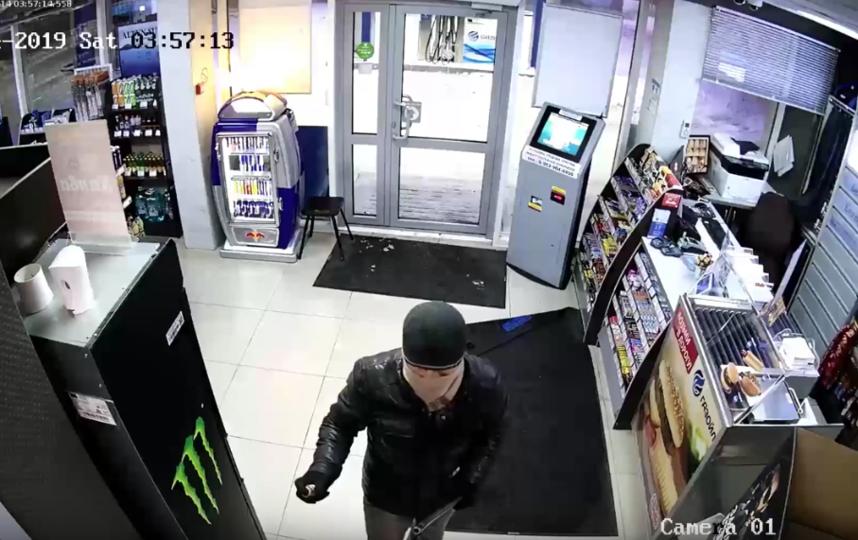 Преступник пытается атаковать сотрудницу АЗС. Фото Скриншот Youtube/watch?v=uy5KDzPVy1w