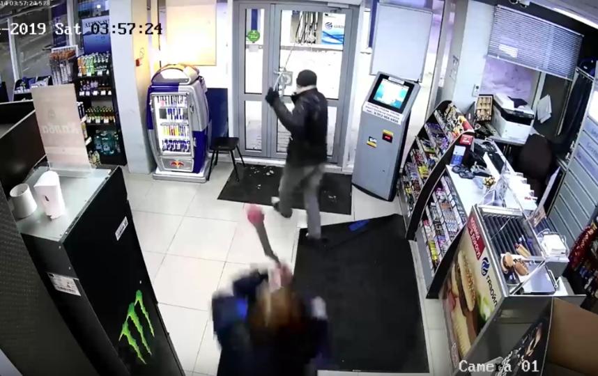 Преступник убегает от сотрудницы, замахнувшейся на него шваброй. Фото Скриншот Youtube/watch?v=uy5KDzPVy1w