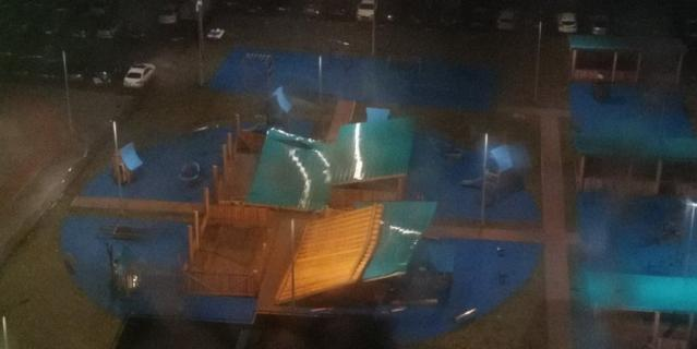 Фото последствий урагана в Петербурге.