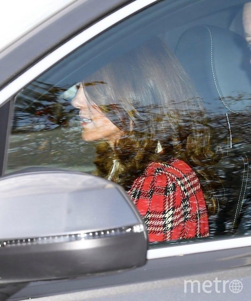 Кейт Миддлтон по дороге с обеда у королевы. Сережек уже нет. Фото https://twitter.com/KensingtonRoyal