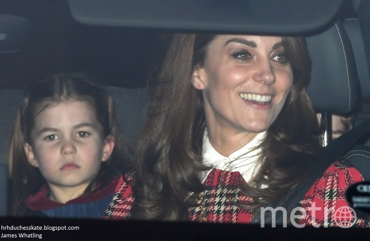 Кейт - уже без сережек - с дочкой Шарлоттой. Фото https://twitter.com/KensingtonRoyal