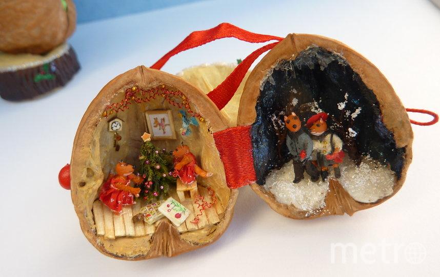 Мастерица-левша из Москвы создаёт новогодние миниатюры в скорлупках от орехов. Фото предоставлено героем публикации