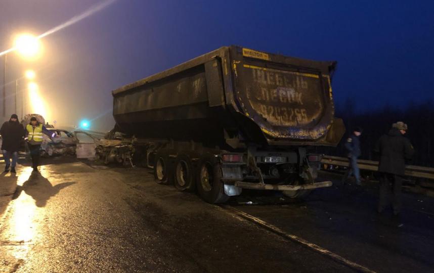 """Водителя грузовика, смявшего на трассе """"Скандинавия"""" шесть машин, задержали. Фото https://vk.com/spb_today"""