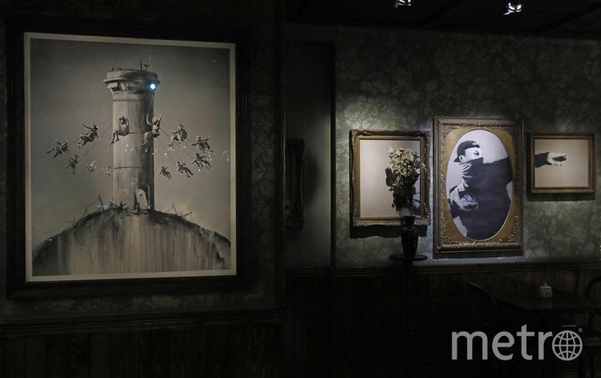 В отеле много оригинальных работ Бэнкси. Фото AFP