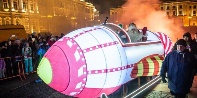 После зажжения огней новогодней елки Всероссийский Дед Мороз дал старт забегу своих помощников, приказав им разносить подарки по домам жителей города.
