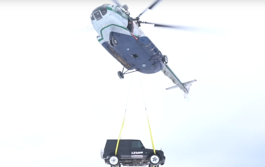 Москвич сбросил с вертолёта свою машину Mercedes Gelandewagen. Фото скриншот https://www.youtube.com/watch?v=us3dPeONpMo, Скриншот Youtube