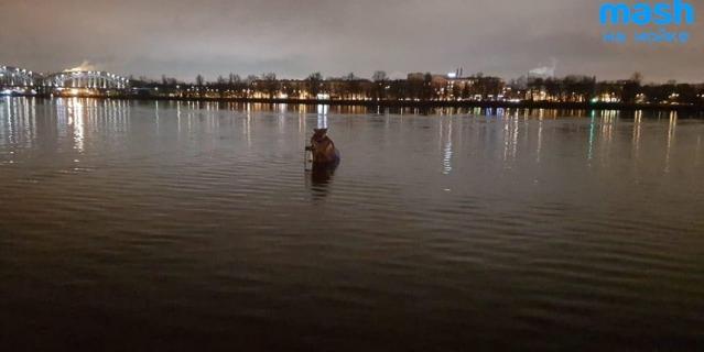 После падения в воду грузовик поплыл по течению Невы в сторону моста Александра Невского.