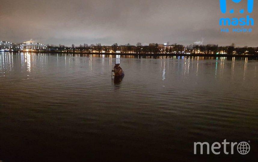 """После падения в воду грузовик поплыл по течению Невы в сторону моста Александра Невского. Фото https://t.me/mashmoyka, """"Metro"""""""