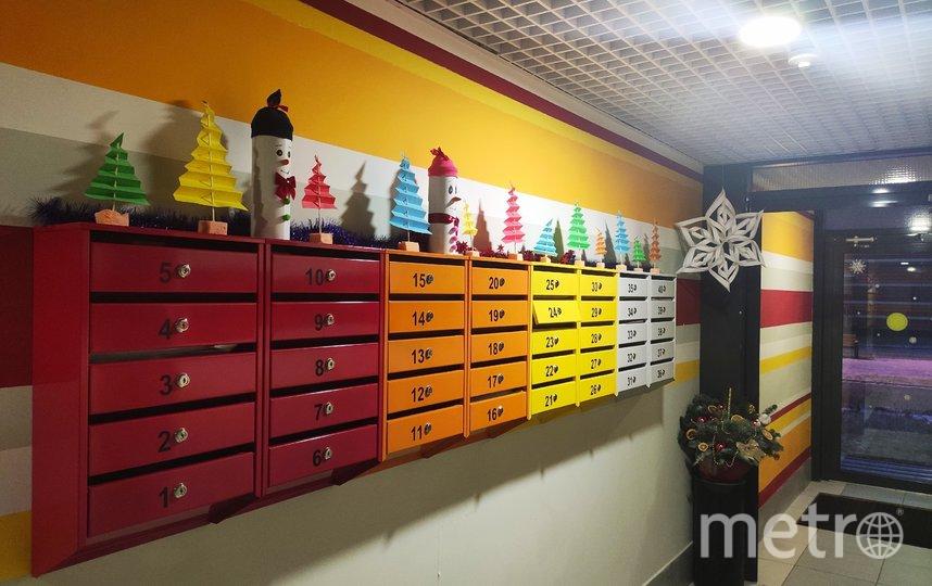 """Управляющие компании активно украшают подъезды своих домов к Новому году. Фото ГК «Ленстройтрест», """"Metro"""""""