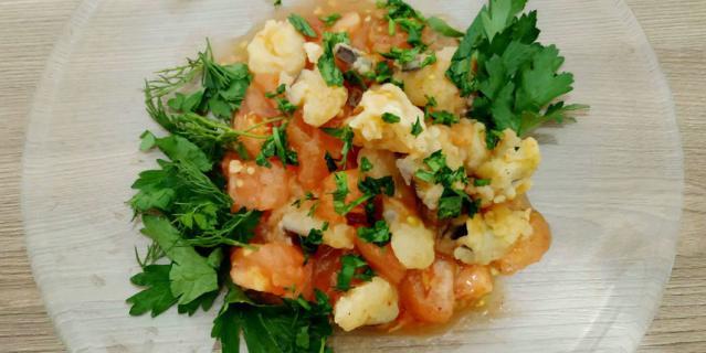 Все ингредиенты желательно смешивать непосредственно перед подачей - так салат останется теплым.