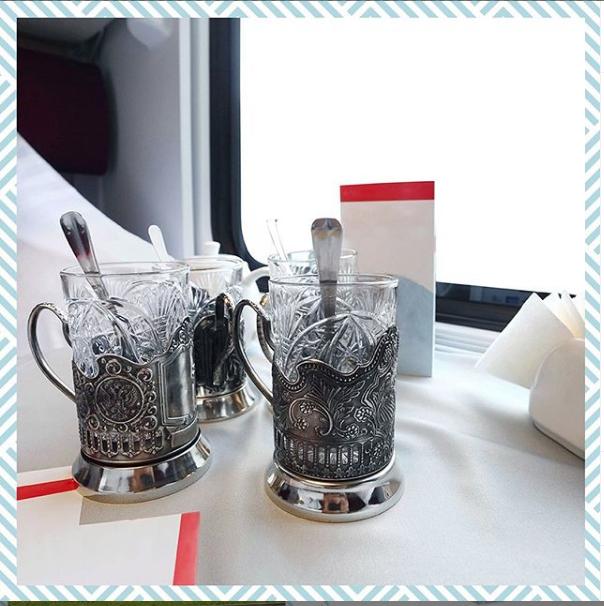 """В поезде Таврия - стаканы в фирменных подстаканниках. Фото https://www.instagram.com/tavria.train/, """"Metro"""""""