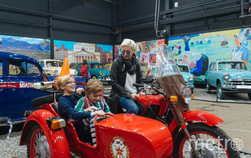 """Диана Арбенина с детьми в музее """"Моторы Октября"""". Фото предоставил агент Арбениной"""