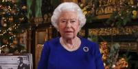Цвета праздника: Рождественские фото Елизаветы II в ярких нарядах