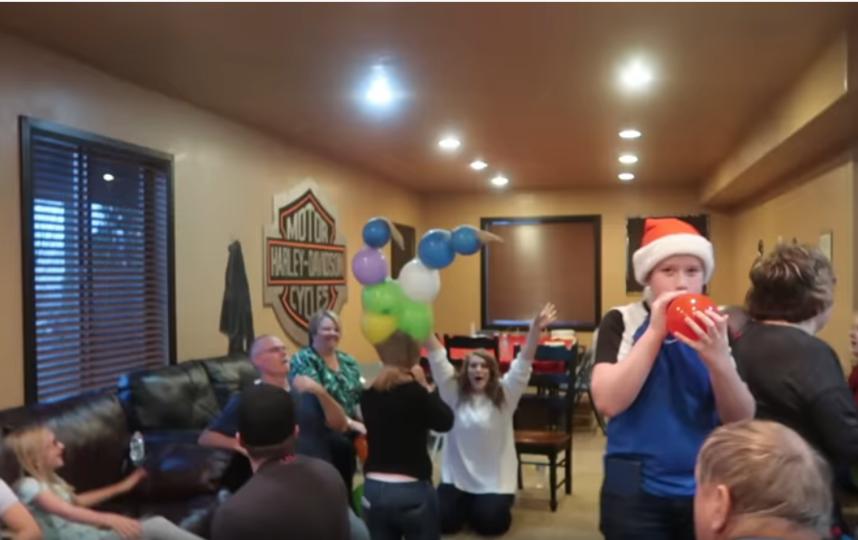 Игры для большой компании в Новый год - способ развлечься и посмеяться от души. Фото Скриншот Youtube