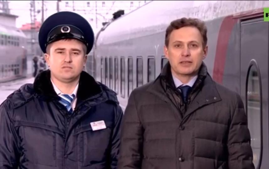 Начальник поезда (слева) докладывал Путину, и поезд ушел без него. Фото Скриншот Youtube