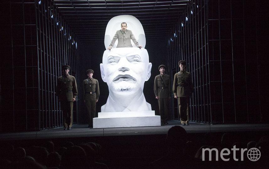 Будьте готовы увидеть Сталина, вылезающего из гигантского бюста Ленина, прочувствовать драму главной героини. Фото Александр Стернин
