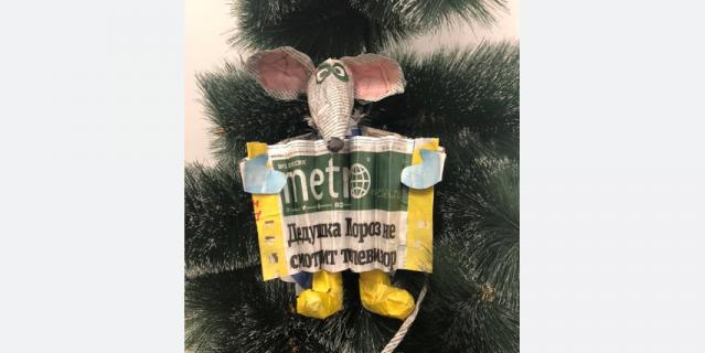 Елена Мартынюк мастерила эту забавную новогоднюю крысу три дня и потратила на неё не один выпуск газеты Metro.