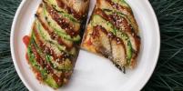 Дома или в ресторане: Готовим тосты с копченым угрем, авокадо и грейпфрутом