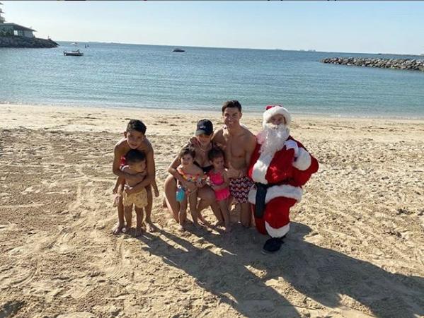 Криштиану Роналду отмечал праздник с семьёй на море. Фото скриншот instagram.com/cristiano/?hl=ru
