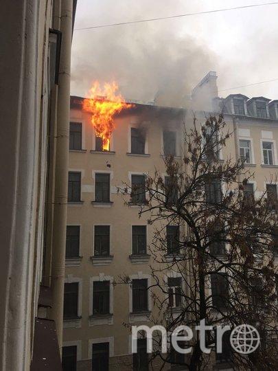 """Пожар произошел в коммунальной квартире на последнем этаже. Фото https://vk.com/spb_today, """"Metro"""""""