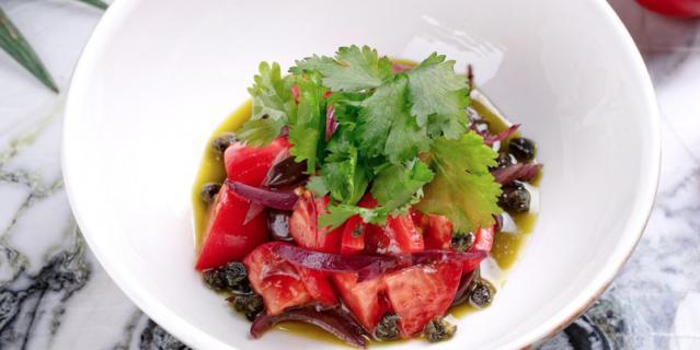 """Сладкие томаты с песто, красным луком и оливками от бара """"Вермутерия""""."""