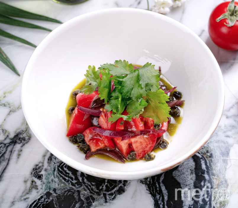 """Сладкие томаты с песто, красным луком и оливками от бара """"Вермутерия"""". Фото предоставлено ресторанами"""