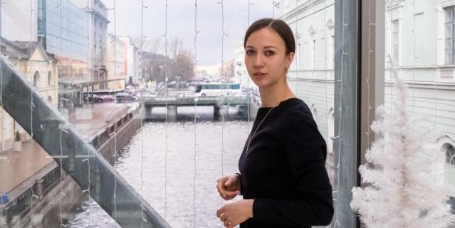 На мосту, соединяющем историческое и новое здания Мариинского театра.