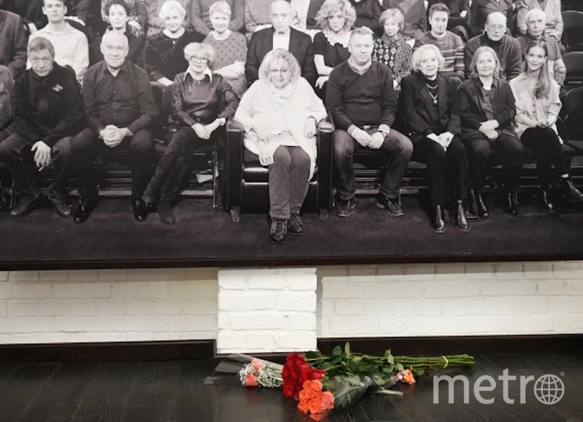 """Цветы в фойе театра """"Современник"""". Фото РИА Новости"""
