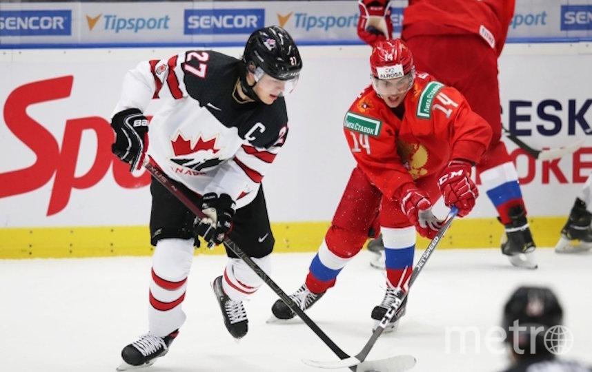 Барретт Хэйтон (Канада) и Григорий Денисенко (Россия) (справа) в матче группового этапа молодежного чемпионата мира по хоккею между сборными командами России и Канады. Фото РИА Новости