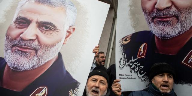 Протесты в Турции, люди несут портрет Сулеймани.