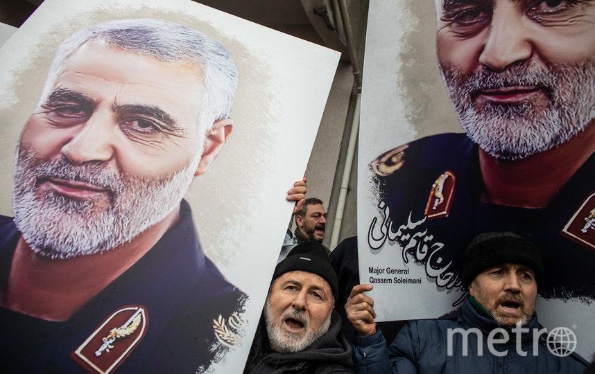 Протесты в Турции, люди несут портрет Сулеймани. Фото Getty
